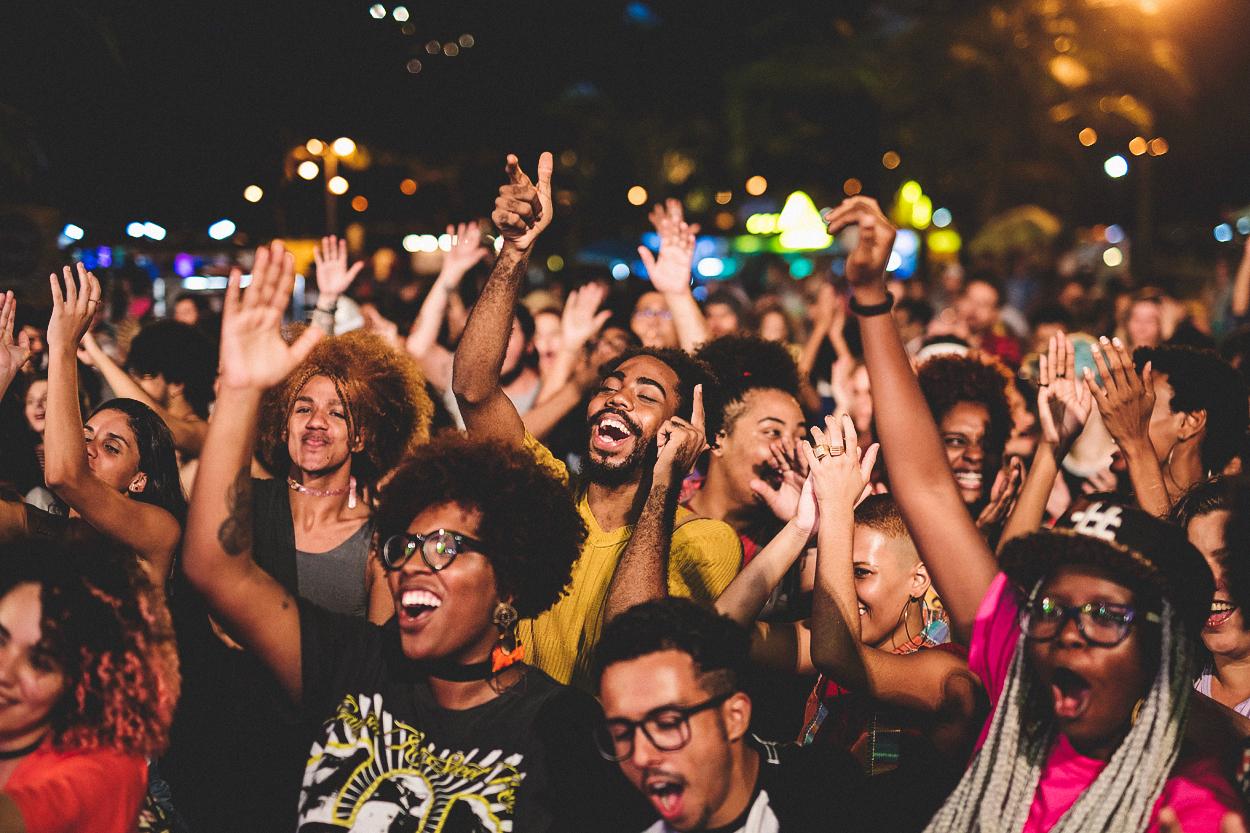 A rua cria, a gente aplaude e aproveita